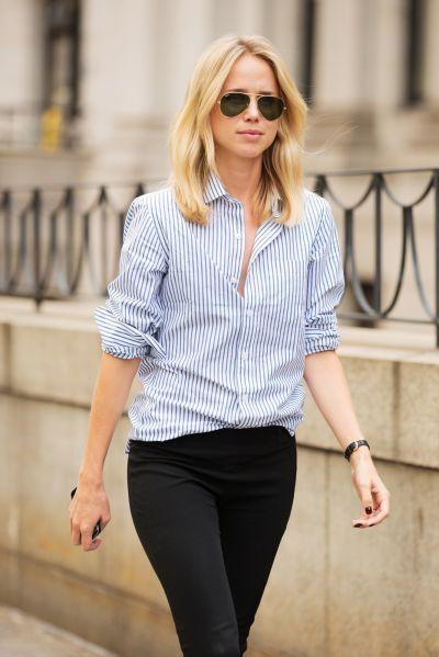 Cómo combinar una camisa de rayas blancas y azules